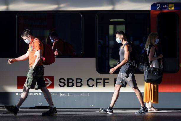 EU suosittelee maskien käyttöä junissa, jos alle 1,5 metrin turvaväliä ei voida taata. Kuvituskuva.