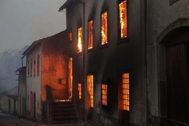 Talot paloivat sunnuntaina Moinhosin kylässä Portugalissa.