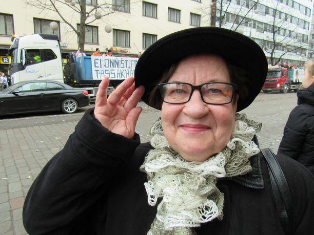 Entinen myyjä ja yrittäjä Anja Koivistoinen taistelee eläkeläisten puolesta ja haluaa taitetun indeksin takaisin palkkaindeksiksi. Hänen haastattelunsa oli Iltalehdessä 18. helmikuuta.