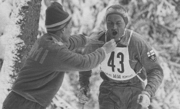Veikko Hakulinen sai tabletin suuhunsa kesken 50 kilometrin kisan vuoden 1958 MM-hiihdoissa.