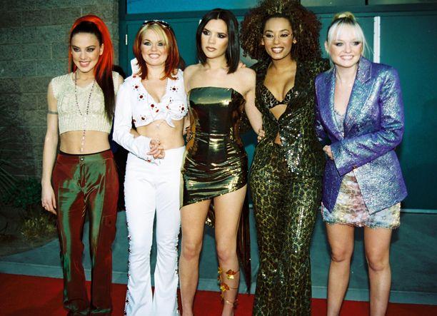 Brittiläinen Spice Girls, eli Melanie Chisholm, Geri Halliwell, Victoria Beckham, Melanie Brown ja Emma Bunton vuonna 1997. Geri jätti yhtyeen seuraavana vuonna. Vuonna 2001 yhtye lopetti kokonaan, mutta se on sen jälkeen tehnyt muutamaan otteeseen paluun.