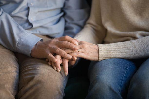 Helsingin Sanomien yleisönosastolle kirjoittanut nainen pyytää kiinnittämään huomiota siihen, minkälaista tuskaa tyhjä syli voi aiheuttaa myös vanhemmille sukupolville.