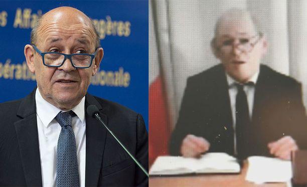 Vasemmalla oikea Jean-Yves Le Drian, oikealla ministerinä esiintyvä mies kuminaamarissa.