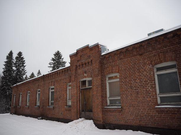 Vanhassa tiilirakennuksessa on ajan patinaa.