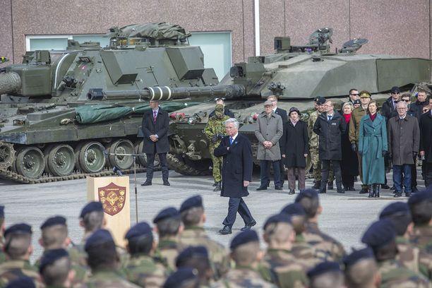 Nato on tänä keväänä sijoittanut noin tuhannen sotilaan taisteluosaston Viroon. Huhtikuussa pidettyyn lipunnostotilaisuuteen osallistuivat Britannian, Ranskan ja Tanskan puolustusministerit. Britannian sotilasvahvuus Virossa on 800. Heillä on käytössään 300 ajoneuvoa, taistelu- ja rynnäkköpanssarivaunuja sekä telatykkejä.