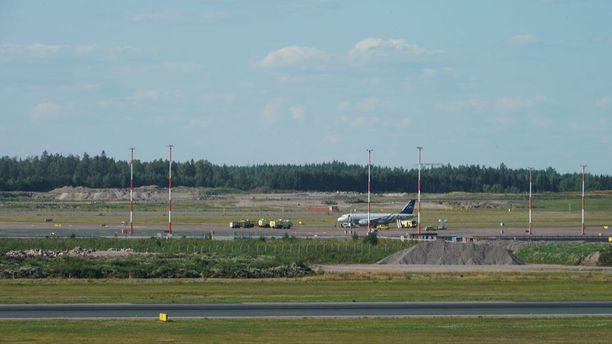 Prahaan lähdössä olleessa Czech Airlinesin koneessa havaittiin savua Helsinki-Vantaalla perjantaina. Matkustajat evakuoitiin, ja paikalle hälytettiin useita pelastuslaitoksen yksiköitä.