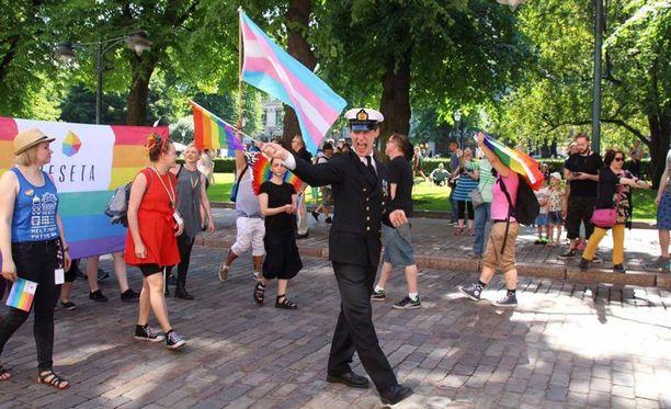 Ylikersantti Juho Pylvänäinen marssi lauantaina Helsingin Pride-kulkueessa sotilaspuvussa.