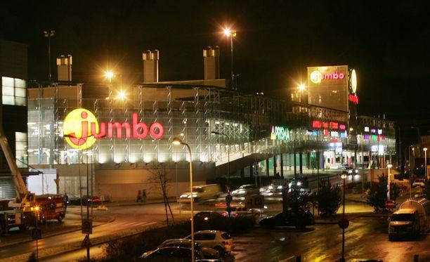 Vantaalla sijaitsevan kauppakeskus Jumbon vanhan osan pääovien edestä löytyi yöllä savupanos.