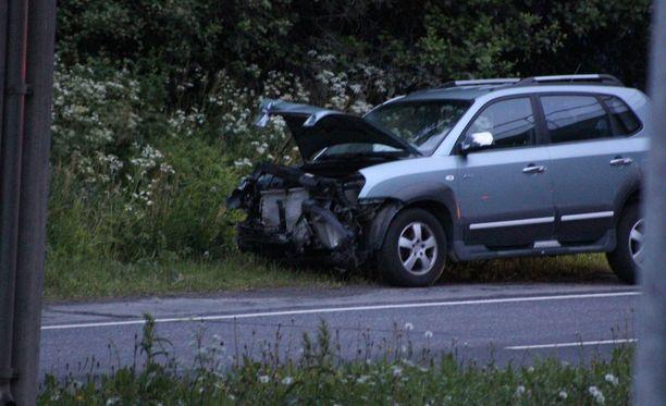 Henkilöautolle aiheutui pahoja vaurioita törmäyksessä.