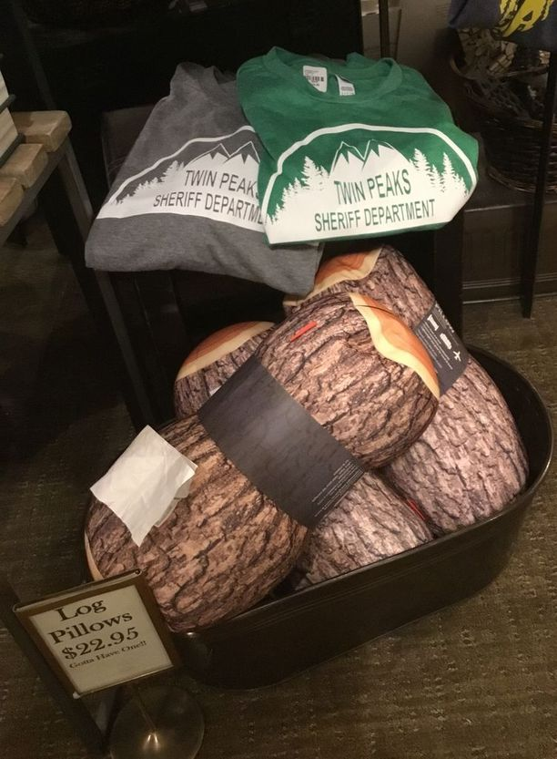 Hotellin ala-aulan myymälä muistaa Twin Peaks -faneja.