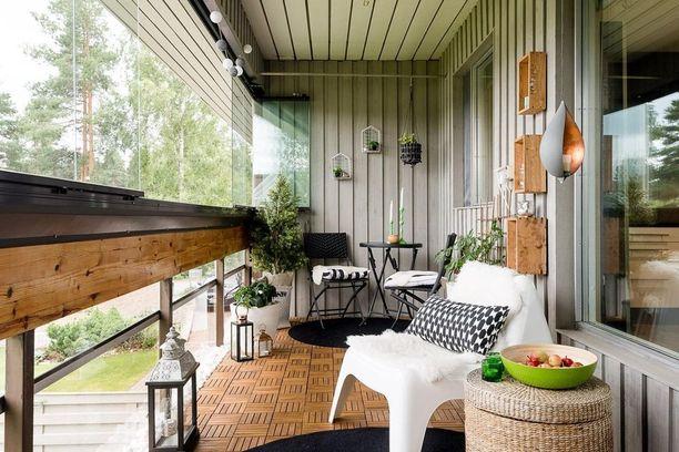 Sisusta myös seinät! Kiinnitä erilaisia hyllyjä ja asettele niille pieniä viherkasveja tai rakkaimpia koriste-esineitäsi.