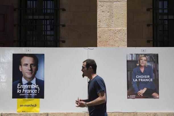 Mies käveli vaalimainosten ohi Ranskan konsulaatin edessä Jerusalemissa Israelissa tänään.