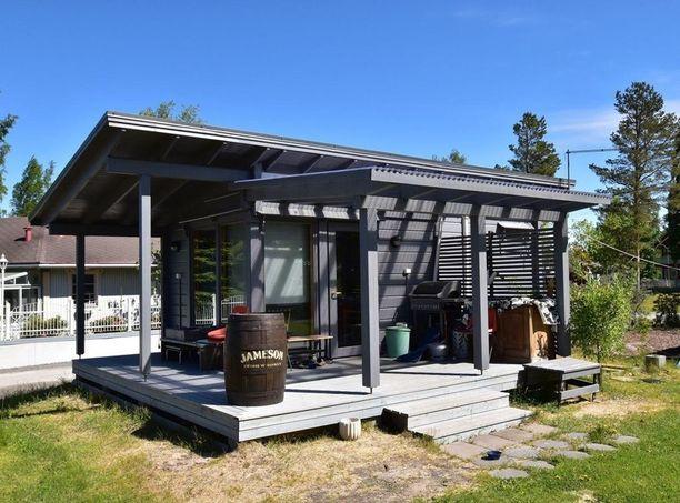 Kokkolan Morsiussaaressa sijaitseva mökki pitää sisällään tuvan ja erillisen keittiön. Tilaa mökissä on 20 neliötä ja hintaa 95 000 euroa.