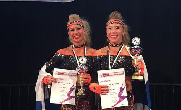 Janina Ilkka (vasemmalla) ja Saima Kokkonen tanssivat disco dancen MM-kultaa.