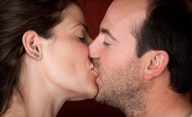 Fyysiset hellyydenosoitukset kuuluvat onnelliseen parisuhteeseen.