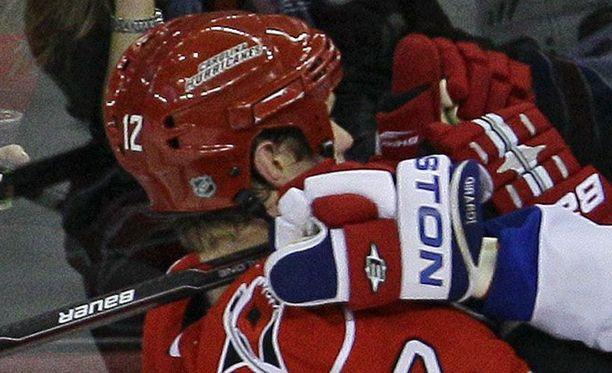 Rangersin Dan Girardikin kurmootti Eric Staalia pelissä.
