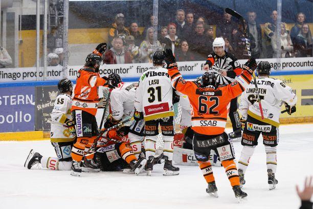 HPK johti ensimmäistä finaalia Teemu Turusen maalilla 1-0, mutta Kärpät käänsi pelin.