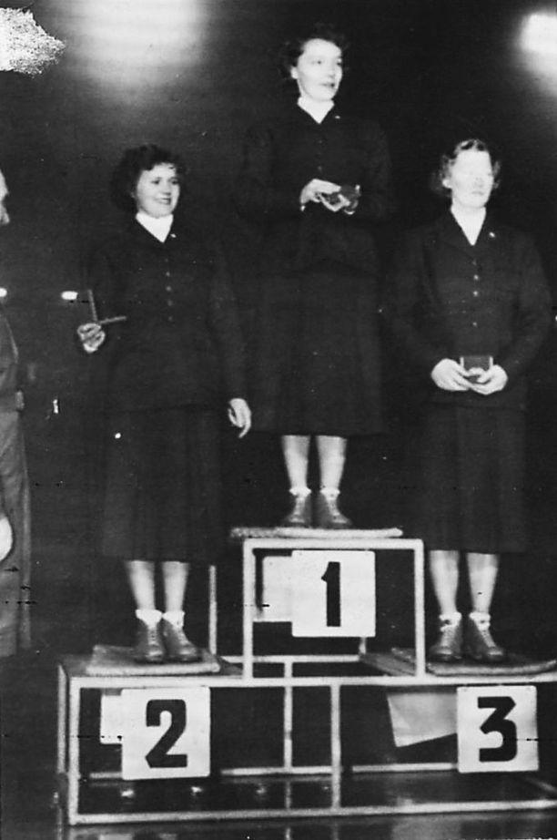 Vuonna 1952 Suomen naiset ottivat kolmoisvoiton 10 kilometrin hiihdossa. Olympiavoittaja Widemanin ympärillä palkintopallilla kakkosena Mirja Hietamies ja kolmantena Siiri Rantanen.