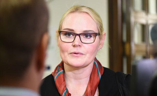 """Veera Ruoho kertoi Iltalehdelle, että hän ei halunnut kertoa ahdistelutapauksesta puhemies Maria Lohelalle (sin), mutta tapausta todistaneet Kari Tolvanen ja Pauli Kiuru olivat sitä mieltä, että """"tällaista asiaa ei voi jättää puhemiehen tietämättömiin""""."""