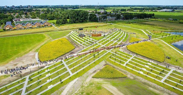 Vijfhuizeniin Schipolin lentokentälle rakennettu muistomerkki muistuttaa muodoltaan nauhaa.