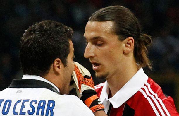 Zlatan juttusilla maalivahti Julio Cesarin kanssa.