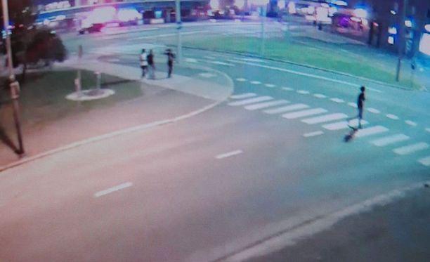 Itä-Uudenmaan poliisi kaipaa vihjeitä valvontakameran kuvassa näkyvien henkilöiden tunnistamiseksi.