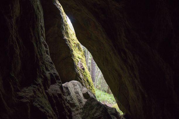 Ruokolahden Kilmäen luola on suomalaiseksi luolaksi kookas.