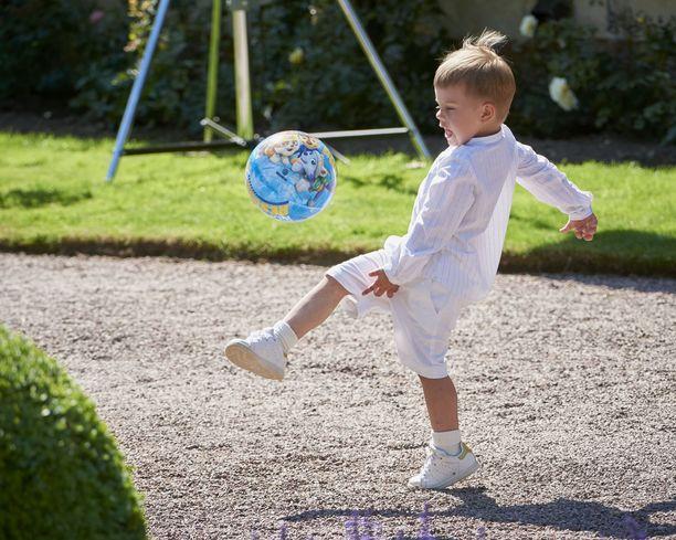 Prinssi Oscar esitteli palloilutaitojaan.