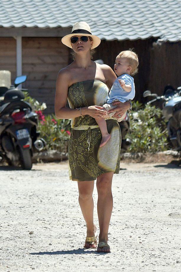 Myös 1-vuotias Nicolas-poika pääsi perhelomalle Rivieralle.