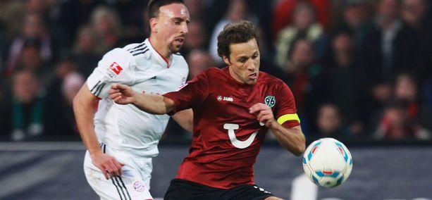 Frank Ribery (vas.) ja muut Münchenin pelaajat jäivät Hannoverin tahdista.