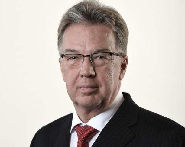 Ahvenanmaan maakuntapäivien edustaja Bert Häggblom haluaisi luopua sopeutumiseläkkeiden myöntämisestä, vaikka on itse nostanut sopeutumiseläkettä 12 vuotta.