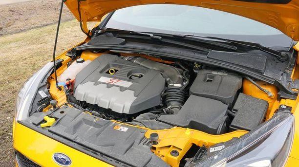 Focus ST:n konehuoneessa pelittää nyt Fordin oma 2-litrainen turbomoottori.