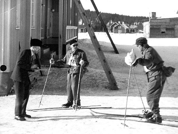 Tahko Pihkala (oik.) sivakoi Napapiirin hiihdossa vuonna 1956. Hiihtokisa oli Pihkalan idea.