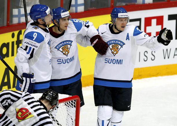 KULKEE Suomen ykkösketju Mikko Koivu (vas.), Valtteri Filppula ja Jussi Jokinen saivat vihdoin maalitilin auki.