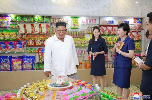 Kim Jong-un vieraili Songdowon makeistehtaan myymälässä. Takana on vaimo Ri Sol-ju.