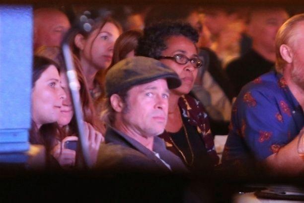 Brad Pitt edusti hyväntekeväisyysgaalassa.