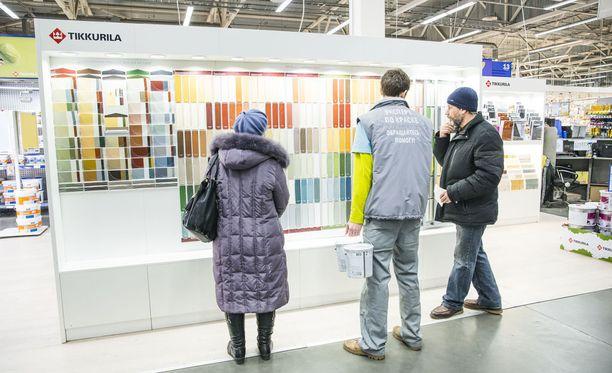 Tikkurilan maalit kiinnostivat K-raudassa Pietarissa helmikuussa 2015.
