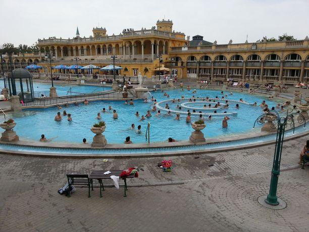 Budapest on tunnettu kylpylöistään. Yksi varteenotettava vaihtoehto on Széchenyin kylpylä, jonka valtteja on etenkin ulkoaltaat.