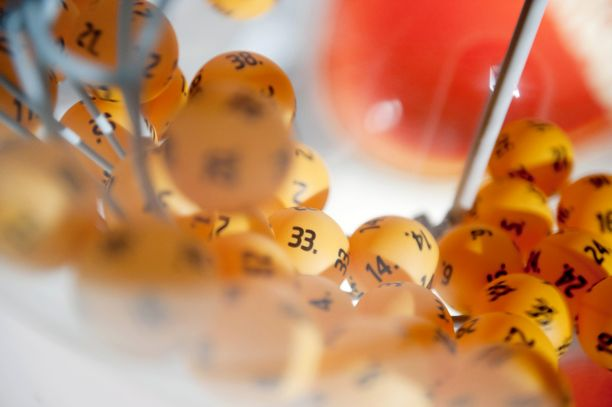 Suomenkielisissä puheluissa on kaupiteltu määräaikaisia kuukausittain veloitettavia lottoarvontoja.