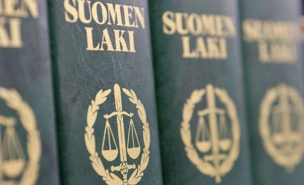 Suomen ylin syyttäjä, valtakunnansyyttäjä Raija Toiviainen on huolestunut rikosten tutkinnasta, kertoo Uutissuomalainen.