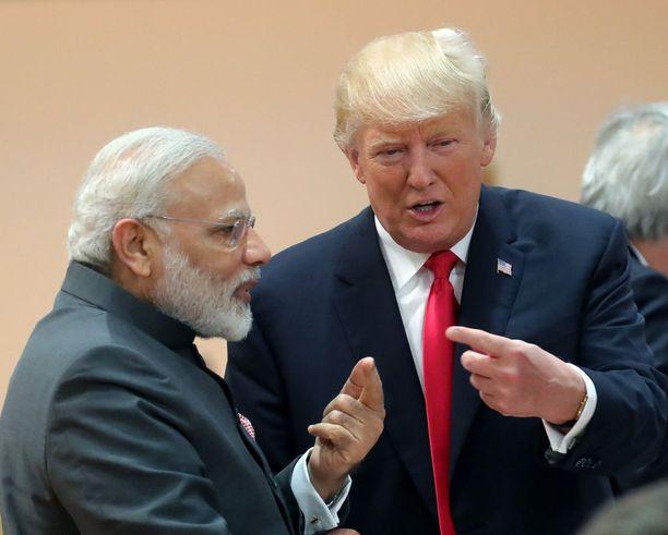 """Kun Trump sai kuulla, että Intian Narendra Modi oli jo kauan sitten käytännössä eronnut vaimostaan, hän vitsaili, että voisi ehkä """"järjestää"""" tämän yhteen jonkun kanssa. Modin ja hänen vaimonsa avioliitto oli ennalta sovittu."""