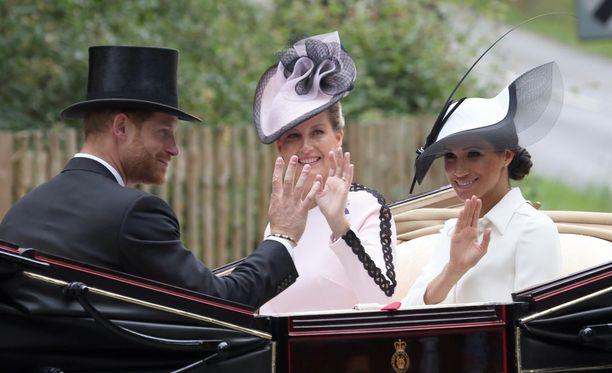 Prinssi Harry ja herttuatar Meghan nähtiin hymyilevinä päivä sen jälkeen, kun Meghanin isä paljasti TV:ssä kiusallisia perheasioita.