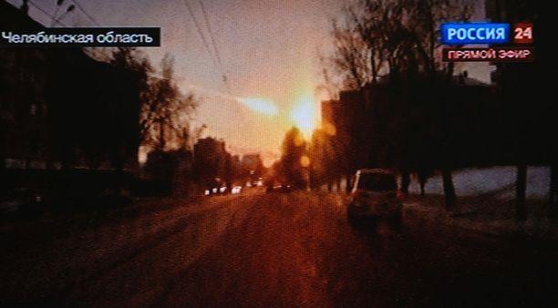 Kuvakaappaus videolta näyttää, miten meteori valaisee taivaan helmikuun 15. päivän aamuna Venäjällä vuonna 2013.