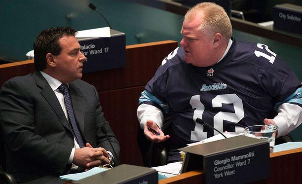 Pormestarin asuvalintaa voidaan pitää vähintäänkin persoonallisena. Kuvassa Rob Ford juttelee Toronton kaupungintalolla Giorgio Mammolitin kanssa.