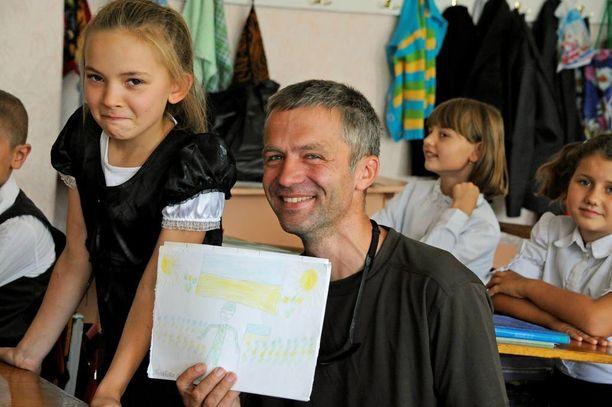 Tukikohdan apulaiskomentaja Konstantin Novikov tekee paljon yhteistyötä etulinjan siviilien kanssa. Perjantaina sotilaat vierailivat koululla.