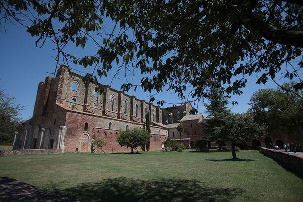 San Galganon luostari on paitsi turistikohde myös suosittu hääpaikka.