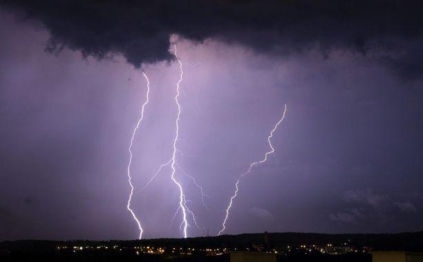 Forecan päivystävän meteorologin Kristian Roineen mukaan salamoiden määrä tulee joidenkin kuurojen kohdalla olemaan melkoinen.