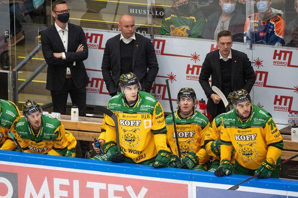 Pelaajat Jouko Myrrän johdolla pelasivat pesäpalloa jääkiekkovarustein.