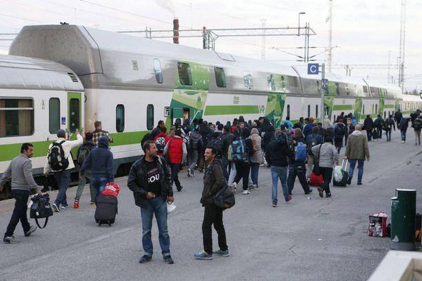 Suomessa puretaan edelleen vuoden 2015 turvapaikkahakemusten ruuhkaa. Kuva syyskuulta 2015 Kemistä. Tuolloin Suomeen tuli paljon turvapaikanhakijoita Ruotsin kautta.
