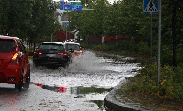 Veden pinta ei kerro veden syvyyttä, ja lisäksi tulva-aallot voivat nostaa veden korkeutta.